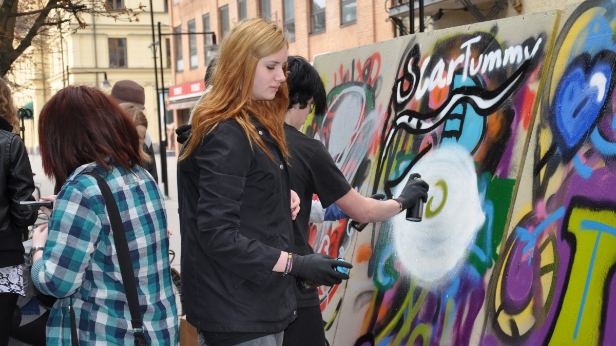 Ungdomar målar graffiti