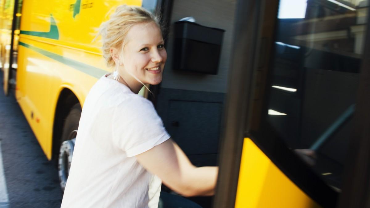 Ung kvinna kliver på buss