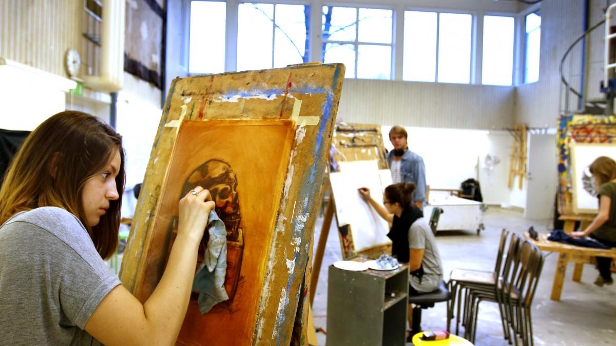 Kursdeltagare målar i ateljén på Kyrkeruds folkhögskola