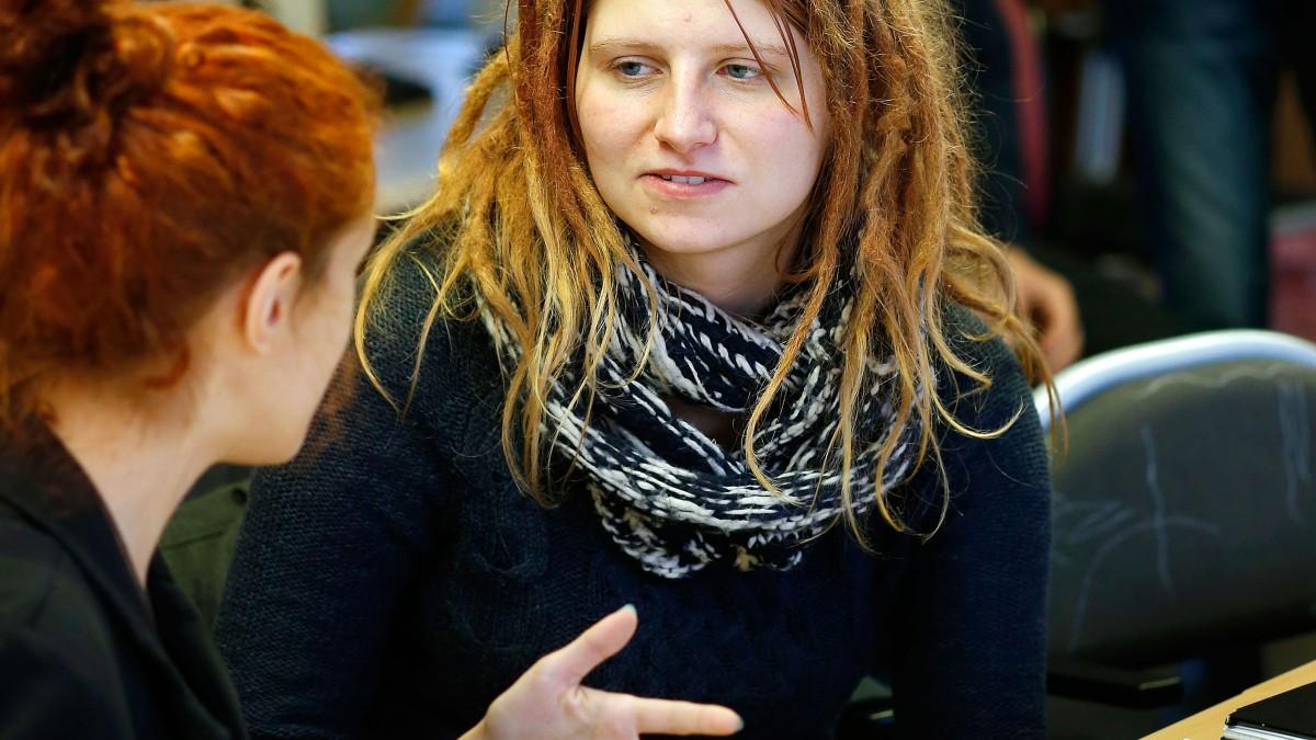 Kursdeltagare diskuterar på Kyrkeruds folkhögskola